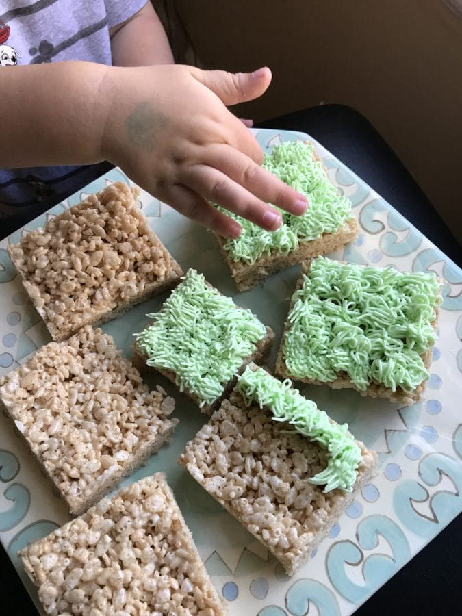 Easter Rice Krispy Treats With Chocolate Eggs || Erin Brighton | Easter treats | easy recipes | kid parties | gluten free desserts | Wilton decorating